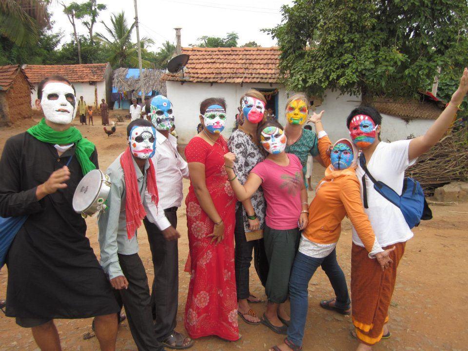 (Nhóm mình tự làm những chiếc mặt nạ này và cùng nhau biểu diễn trong các làng ở Mysore)